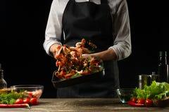 Le chef professionnel prépare des crevettes pour la salade avec des légumes, le concept des fruits de mer et la nourriture saine  photo libre de droits