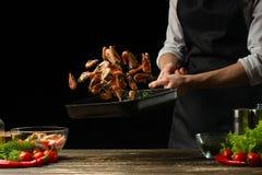 Le chef professionnel prépare des crevettes pour la salade avec des légumes, le concept des fruits de mer et la nourriture saine  photos libres de droits