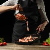 Le chef professionnel prépare une salade de crevette fraîche, et de légumes sur un fond foncé, gelant dans le mouvement Fruits de images libres de droits