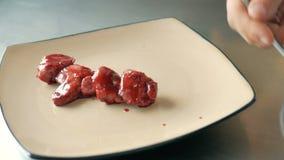 Le chef sert un plat d'un plat Un repas gastronomique délicieux est donné la touche finale par le chef dans un restaurant clips vidéos
