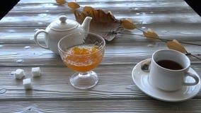 Le chef sert un plat doux de potiron à la table avec le thé clips vidéos