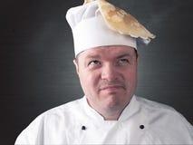 le chef tourne les crêpes fraîches dans la casserole Photographie stock libre de droits