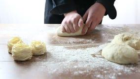 Le chef verse la farine et malaxe la pâte banque de vidéos