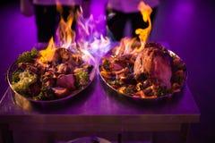 Le chef, viande a versé l'alcool et le feu d'ensemble à image libre de droits