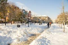 Le chemin étroit parmi la neige dérive dans la rue principale de Pomorie, Bulgarie, hiver Photos libres de droits
