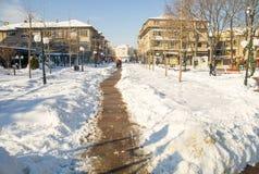Le chemin étroit parmi la neige dérive dans la rue principale du Bulgare Pomorie, hiver Image libre de droits