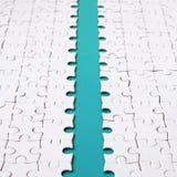 Le chemin bleu est étendu sur la plate-forme d'un puzzle denteux plié blanc Image de texture avec l'espace de copie pour le texte photos stock