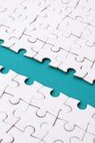 Le chemin bleu est étendu sur la plate-forme d'un puzzle denteux plié blanc Image de texture avec l'espace de copie pour le texte photographie stock