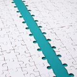 Le chemin bleu est étendu sur la plate-forme d'un puzzle denteux plié blanc Image de texture avec l'espace de copie pour le texte photos libres de droits