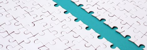 Le chemin bleu est étendu sur la plate-forme d'un puzzle denteux plié blanc Image de texture avec l'espace de copie pour le texte photo stock