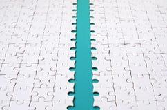 Le chemin bleu est étendu sur la plate-forme d'un puzzle denteux plié blanc Image de texture avec l'espace de copie pour le texte image stock