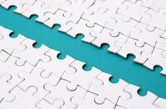 Le chemin bleu est étendu sur la plate-forme d'un puzzle denteux plié blanc Image de texture avec l'espace de copie pour le texte image libre de droits