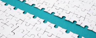 Le chemin bleu est étendu sur la plate-forme d'un puzzle denteux plié blanc Image de texture avec l'espace de copie pour le texte photo libre de droits