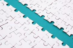 Le chemin bleu est étendu sur la plate-forme d'un puzzle denteux plié blanc Image de texture avec l'espace de copie pour le texte images libres de droits