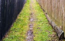 Le chemin dans le village photographie stock