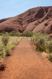 Le chemin de base chez Uluru Photographie stock libre de droits