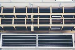 Le chemin de câbles avec le câblage électrique a arrangé sur le plafond, tra de câble Photo stock