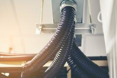 Le chemin de câbles avec le câblage électrique a arrangé sur le plafond, tra de câble Photographie stock