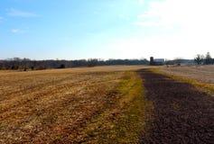 Le chemin de enroulement mène à la grange et au silo dans la vue pittoresque d'hiver photo libre de droits