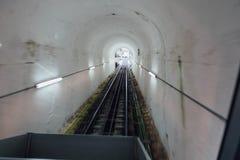 Le chemin de fer à l'intérieur du tunnel du ce mènent au dessus de la colline de Penang chez George Town Penang, Malaisie Image stock