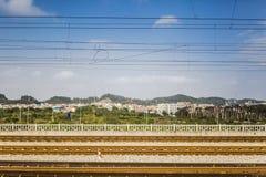le chemin de fer à travers la ville Image libre de droits