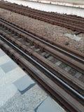 Le chemin de fer attend l'arriv?e du train Les rails sont pr?ts ? prendre des chariots image stock