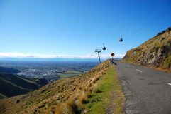Le chemin de fer de câble au-dessus de la route tourne la bonne vue de ville Photographie stock libre de droits