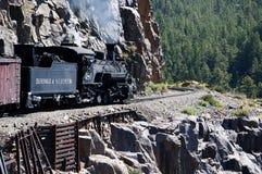 Le chemin de fer de mesure étroite de Durango à Silverton qui fonctionne par Rocky Mountains par les Animas de rivière dans le Co Photographie stock libre de droits
