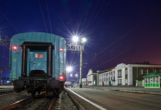 Le chemin de fer, nuit. Peron. Photo libre de droits