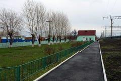 Le chemin de fer Ouest-sibérien de station de Krasnozerskoe de train Image stock