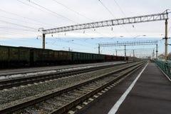 Le chemin de fer Ouest-sibérien de station de Krasnozerskoe de train Photographie stock