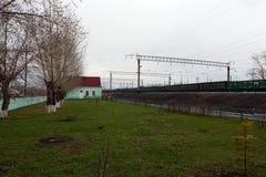 Le chemin de fer Ouest-sibérien de station de Krasnozerskoe de train Photographie stock libre de droits