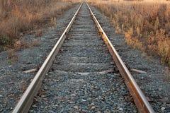 Le chemin de fer va à l'horizon dans le coucher du soleil photos stock