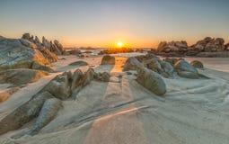 Le chemin de la roche dans le soleil se lève image libre de droits