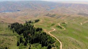Le chemin de terre d'enroulement mène en bas des collines au réservoir de Lucky Peak clips vidéos