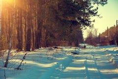 Le chemin de terre s'est recroquevillé avec la neige photos libres de droits