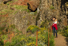 Le chemin de trekking de montagne d'enroulement chez Pico font Areeiro, Madère, Portugal Photo libre de droits