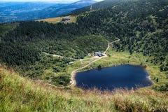 Le chemin des montagnes de géant de République Tchèque d'amitié de Tchèque-poli Image stock
