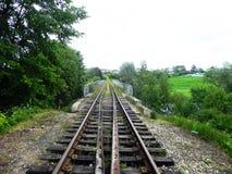 Le chemin du chemin de fer Les passages ferroviaires par de beaux paysages D?tails et plan rapproch? image libre de droits