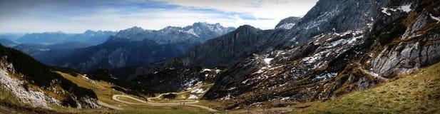 Le chemin en bas de la montagne Images libres de droits