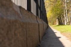 Le chemin le long de la barri?re de fonte sur un support de granit photos libres de droits