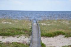 Le chemin n'est pas toujours droit et large, mais vous livrera à une expérience remplie d'amusement de plage photos stock