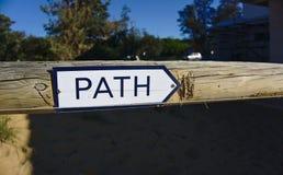 Le chemin se connectent la porte en bois indiquant la droite photos stock