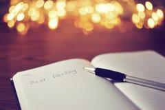 Le cher ` chéri de ` a écrit sur le livre blanc tandis que reposez-vous dans l'étiquette en bois Photos libres de droits