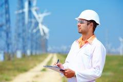 Le chercheur analyse des lectures sur la station d'énergie éolienne Photographie stock libre de droits