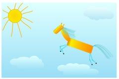 Le cheval de châtaigne galope au soleil sur des nuages Image libre de droits