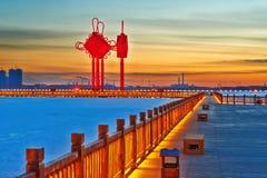 Le chevalet en bois d'or et le coucher du soleil chinois de noeud Photo libre de droits