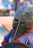 Le chevalier médiéval dans la fin de bataille  Photographie stock libre de droits
