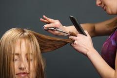 Le cheveu du propriétaire de découpage de coiffeur Photos stock