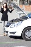 Le chiamate della donna dopo l'automobile è rotte immagini stock